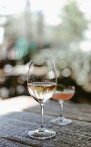 vin blanc qui se déguste avec du jambon