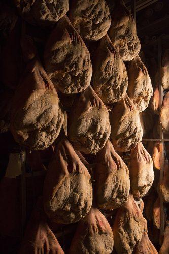 jambons de Bayonne entrain de sécher